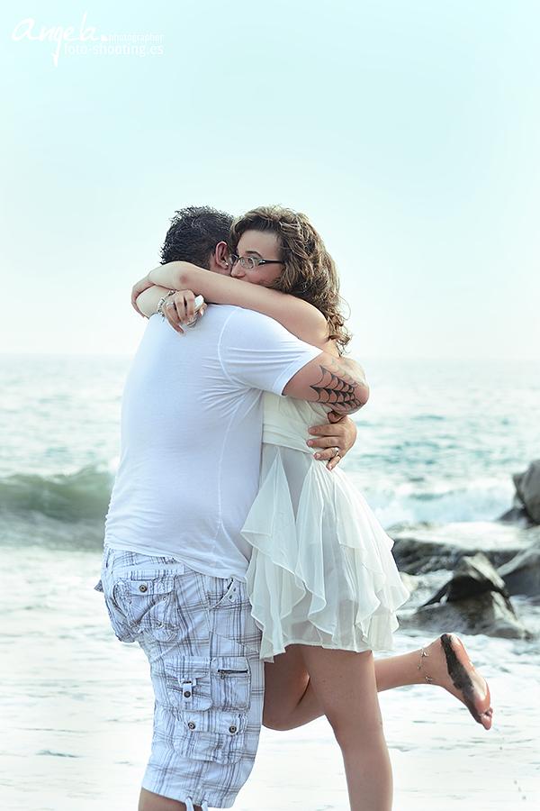 glückliches frisch verlobtes Paar