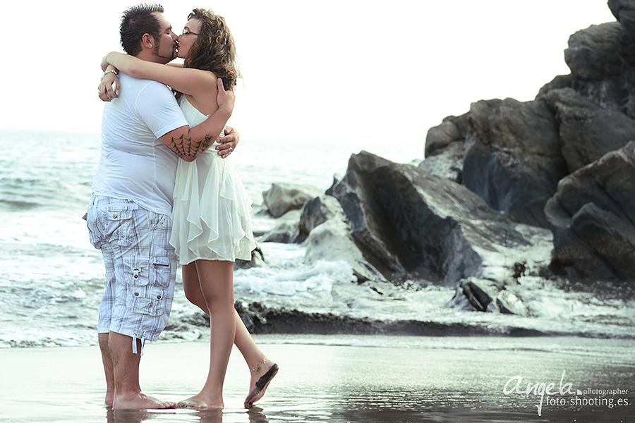 Küssendes Pärchen nach dem Heiratsantrag