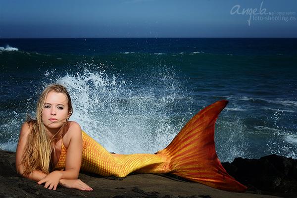 Meerjungfrau mit Meer im Hintergrund