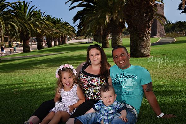 Foto von einer Familie im Palmenpark